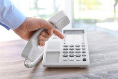Αριθμός σχηματισμού ατόμων στο τηλέφωνο στον πίνακα Στοκ Φωτογραφία