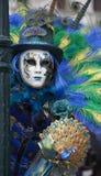Αριθμός της Βενετίας καρναβάλι σε ένα ζωηρόχρωμες μπλε, πράσινες και κίτρινες κοστούμι και μια μάσκα Βενετία Ιταλία Στοκ Εικόνα