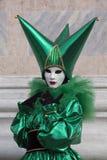 Αριθμός της Βενετίας καρναβάλι σε ένα ζωηρόχρωμες πράσινες και μαύρες κοστούμι και μια μάσκα Βενετία Ιταλία Ευρώπη στοκ εικόνες