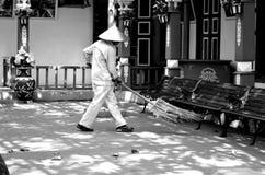 Αριθμός των σκουπίζοντας φύλλων ατόμων στοκ εικόνες