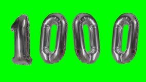 Αριθμός 1000 χιλιάες γενεθλίων ασημένιων έτη μπαλονιών επετείου που επιπλέουν στην πράσινη οθόνη - απόθεμα βίντεο