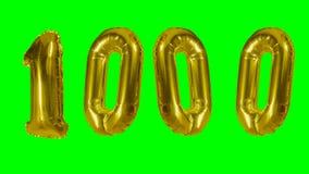 Αριθμός 1000 χιλιάες γενεθλίων χρυσών έτη μπαλονιών επετείου που επιπλέουν στην πράσινη οθόνη - απόθεμα βίντεο