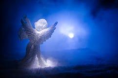 Αριθμός Χριστουγέννων γυαλιού αγγέλου Χριστουγέννων και δέντρο έλατου γυαλιού, χριστουγεννιάτικο δέντρο, docorative στοιχεία στο  Στοκ εικόνες με δικαίωμα ελεύθερης χρήσης