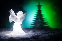 Αριθμός Χριστουγέννων γυαλιού αγγέλου Χριστουγέννων και δέντρο έλατου γυαλιού, χριστουγεννιάτικο δέντρο, docorative στοιχεία στο  Στοκ Εικόνες