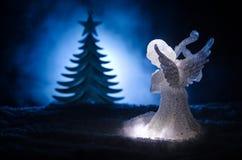 Αριθμός Χριστουγέννων γυαλιού αγγέλου Χριστουγέννων και δέντρο έλατου γυαλιού, χριστουγεννιάτικο δέντρο, docorative στοιχεία στο  Στοκ Εικόνα