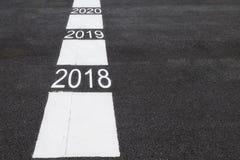 Αριθμός 2018 ως το 2020 στο δρόμο ασφάλτου Στοκ εικόνα με δικαίωμα ελεύθερης χρήσης