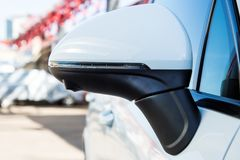 Αριστερή πλευρά οπισθοσκόπος κάλυψη καθρεφτών με την άποψη πλαισίου 360 βαθμοί καμερών Σε ένα άσπρο ασφάλιστρο SUV Σταθμευμένος σ στοκ εικόνα