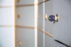Αριστερό ή ξεχασμένο κλειδί στην κλειδαριά ενός ντουλαπιού στοκ φωτογραφία