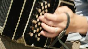 Αριστερό βαθύ πληκτρολόγιο bandoneon σε αργή κίνηση απόθεμα βίντεο