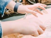 Αριστερό χέρι ομορφιάς από τη γυναίκα hipster κατά τη διάρκεια του αρτοποιείου ι λαβής και μιγμάτων Στοκ φωτογραφία με δικαίωμα ελεύθερης χρήσης