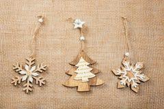 Αριστοκρατικά Χριστούγεννα με τα παιχνίδια και το νέο ντεκόρ έτους burlap Χριστούγεννα καρτών ανασ&kapp Στοκ φωτογραφίες με δικαίωμα ελεύθερης χρήσης