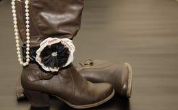 Αριστοκρατικές καφετιές μπότες με το βραχιόλι και τα μαργαριτάρια Στοκ Φωτογραφία