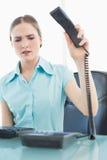 Αριστοκρατικήη επιχειρηματίας που κλείνει το τηλέφωνο το τηλέφωνο Στοκ Εικόνες