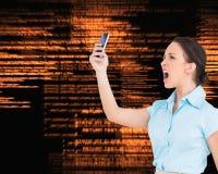 αριστοκρατική επιχειρηματίας που φωνάζει στο smartphoneη της Στοκ εικόνα με δικαίωμα ελεύθερης χρήσης