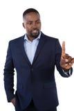 Αριστοκρατικός επιχειρηματίας που δείχνει το δάχτυλό του μιλώντας στοκ εικόνα με δικαίωμα ελεύθερης χρήσης