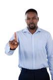 Αριστοκρατικός επιχειρηματίας που δείχνει το δάχτυλό του στοκ εικόνες