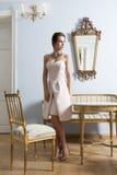 Αριστοκρατικό κορίτσι στο αναδρομικό βασιλικό δωμάτιο Στοκ φωτογραφίες με δικαίωμα ελεύθερης χρήσης