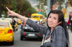Αριστοκρατικό πρότυπο του Λατίνα που φορά τα έξυπνα περιστασιακά ενδύματα Στοκ εικόνες με δικαίωμα ελεύθερης χρήσης