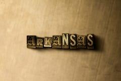 ΑΡΚΑΝΣΑΣ - κινηματογράφηση σε πρώτο πλάνο της βρώμικης στοιχειοθετημένης τρύγος λέξης στο σκηνικό μετάλλων Στοκ Εικόνες
