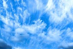 Αρκετά άσπρα σύννεφα στο υπόβαθρο μπλε ουρανού στοκ εικόνες