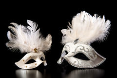Αρκετά άσπρες μάσκες καρναβαλιού venician χρυσές σε ένα μαύρο υπόβαθρο Στοκ φωτογραφία με δικαίωμα ελεύθερης χρήσης