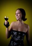 Αρκετά αναδρομικό κρασί κατανάλωσης κοριτσιών Στοκ Εικόνες