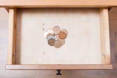 Αρκετά από τα βρετανικά νομίσματα στο ανοικτό συρτάρι Στοκ εικόνες με δικαίωμα ελεύθερης χρήσης