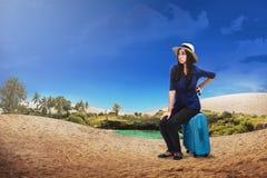 Αρκετά ασιατική γυναίκα τουριστών με τη βαλίτσα Στοκ Εικόνες
