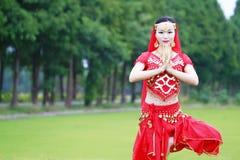Αρκετά ασιατικός κινεζικός χορευτής κοιλιών με τη χειρονομία του βουδισμού Στοκ Φωτογραφίες