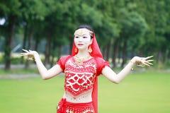 Αρκετά ασιατικός κινεζικός χορευτής κοιλιών Στοκ φωτογραφία με δικαίωμα ελεύθερης χρήσης