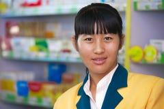 Αρκετά ασιατικός φαρμακοποιός στο φαρμακείο στοκ φωτογραφία με δικαίωμα ελεύθερης χρήσης