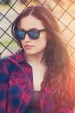 Αρκετά αστικό νέο πορτρέτο γυναικών με τα γυαλιά ηλίου Στοκ Εικόνες
