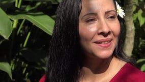 Αρκετά λατινική γυναίκα που χαμογελά και ευτυχής απόθεμα βίντεο