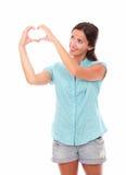 Αρκετά λατινική κυρία που εξετάζει ένα σημάδι αγάπης στοκ εικόνες