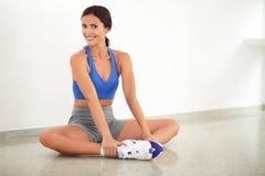 Αρκετά λατινική κυρία που κάνει την άσκηση χαλάρωσης στοκ εικόνες με δικαίωμα ελεύθερης χρήσης