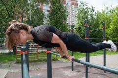 Αρκετά γυμναστικό κορίτσι στην αθλητική θέση Στοκ Εικόνες