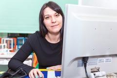 Αρκετά εκτελέστε τη γυναίκα πίσω από τον υπολογιστή στοκ εικόνες