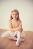 Αρκετά επιμελής συνεδρίαση κοριτσιών μπαλέτου στο άσπρο tutu στο studi χορού Στοκ Εικόνα