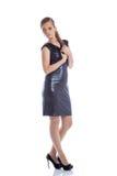 Αρκετά λεπτή τοποθέτηση γυναικών στο καθιερώνον τη μόδα φόρεμα κοκτέιλ στοκ εικόνες