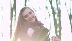 Αρκετά ευτυχές καυκάσιο κορίτσι που χαμογελά στη κάμερα, ηλιόλουστη ημέρα απόθεμα βίντεο
