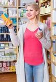 Αρκετά θηλυκές σειρές ξεφυλλίσματος πελατών των προϊόντων φροντίδας δέρματος Στοκ Φωτογραφία