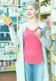 Αρκετά θηλυκές σειρές ξεφυλλίσματος πελατών των προϊόντων φροντίδας δέρματος Στοκ Εικόνες