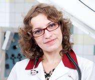 Αρκετά θηλυκός γιατρός στα γυαλιά με το στηθοσκόπιο Στοκ εικόνα με δικαίωμα ελεύθερης χρήσης