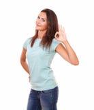 Αρκετά ισπανικό θηλυκό με τη θετική χειρονομία Στοκ εικόνα με δικαίωμα ελεύθερης χρήσης