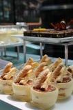 Αρκετά κίτρινα κέικ στα πιάτα Στοκ φωτογραφίες με δικαίωμα ελεύθερης χρήσης