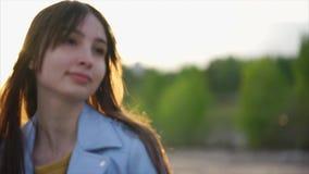 Αρκετά καυκάσια στενή επάνω άποψη γυναικών του προσώπου της Φως του ήλιου και εκλεκτική εστίαση απόθεμα βίντεο