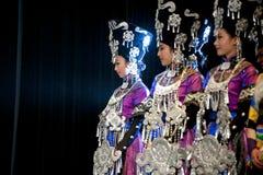 Αρκετά κινεζικά εθνικά χορεύοντας κορίτσια Yi Στοκ Εικόνες