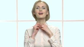 Αρκετά κομψή γυναίκα preens πριν από τον καθρέφτη απόθεμα βίντεο