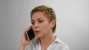 Αρκετά κοντή γυναίκα τρίχας που μιλά με κινητό τηλέφωνο φιλμ μικρού μήκους