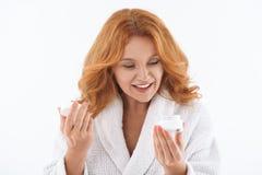 Αρκετά μέσης ηλικίας γυναικεία φροντίδα του δέρματος Στοκ εικόνα με δικαίωμα ελεύθερης χρήσης